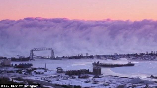 """Bức tường sương khói như cảnh """"tận thế"""" ở Mỹ - 1"""
