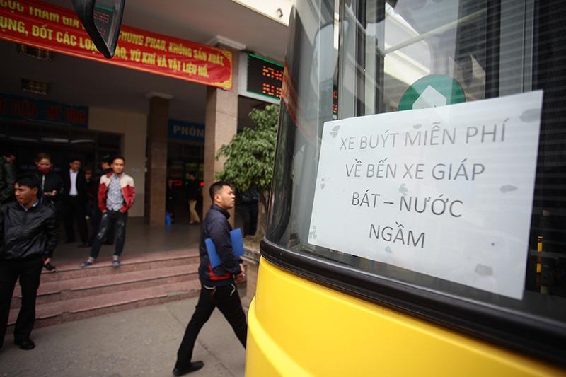 """HN: Hành khách bức xúc vì bị nhà xe """"bỏ rơi"""" ở bến Mỹ Đình - 1"""