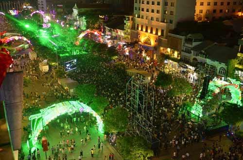 Ngàn người đổ về trung tâm Sài Gòn đón năm mới 2017 - 1
