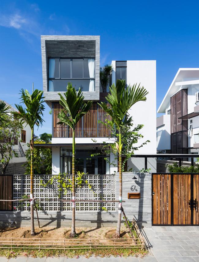 Rời xa trung tâm thành phố biển, nơi luôn tấp nập khách du lịch, ồn ào và huyên náo, chủ nhân ngôi nhà đã lựa chọn một mảnh đất ở khu đô thị mới để xây dựng tổ ấm cho gia đình.