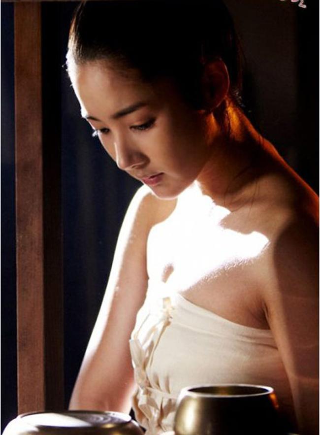 Phim cổ trang Hàn Quốc ngày một chuộng chiêu câu khách bằng các phân cảnh nóng bỏng. Nữ diễn viên Park Min Young - bồ cũ Lee Min Ho là một trong những trường hợp nữ diễn viên phải lộ da thịt khi quay phim cổ trang.