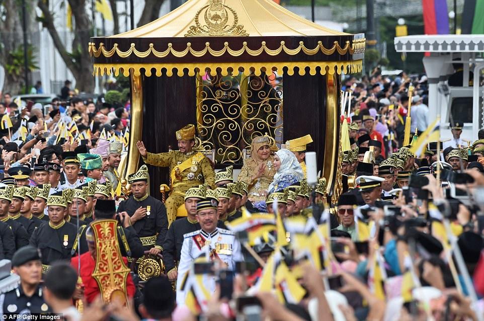 Quốc vương Brunei diễu phố trên xe mạ vàng lóng lánh - 1