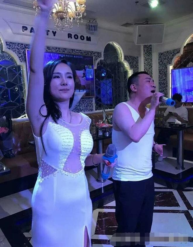 Hết thời, Can Lộ Lộ phải đi phục vụ ở quán karaoke - 1