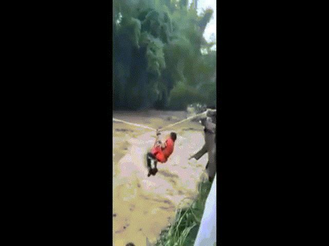 """Clip: """"Rợn tóc gáy"""" cảnh ròng dây cứu 31 người bị lũ dữ cô lập ở Yên Bái"""