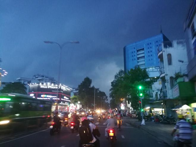 """Sài Gòn """"hứng"""" mưa lớn kèm sấm chớp kinh hoàng - 1"""