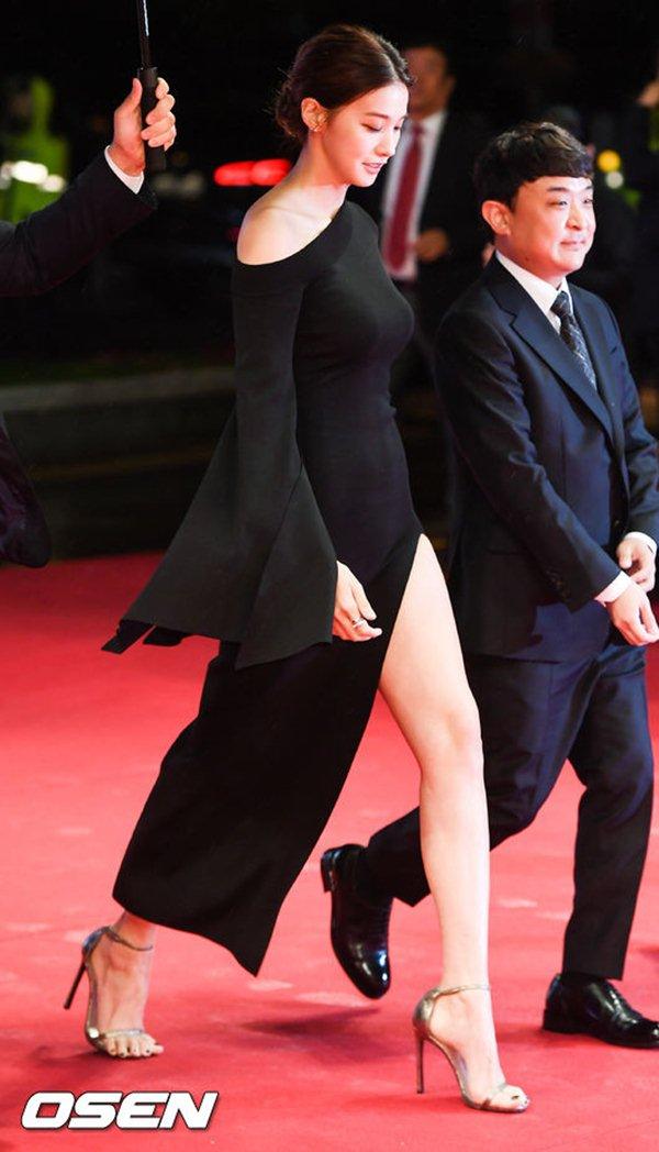Ngọc nữ hàn gây thót tim vì lỡ diện váy khoét quá hiểm trước đám đông - 3