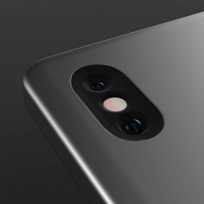 Cụm camera kép đặt dọc phía sau có thiết kế vay mượn từ mẫu iPhone X