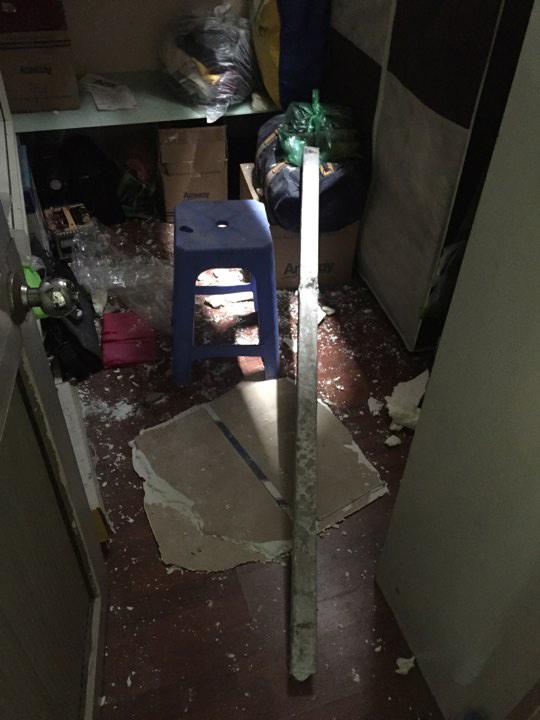 HN: Hai thanh sắt dài 2m xuyên thủng nhà dân, chủ nhà suýt mất mạng - 1