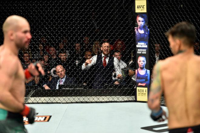 """McGregor làm loạn UFC: """"Ma nhập"""" gào thét, chỉ đạo như HLV - 1"""