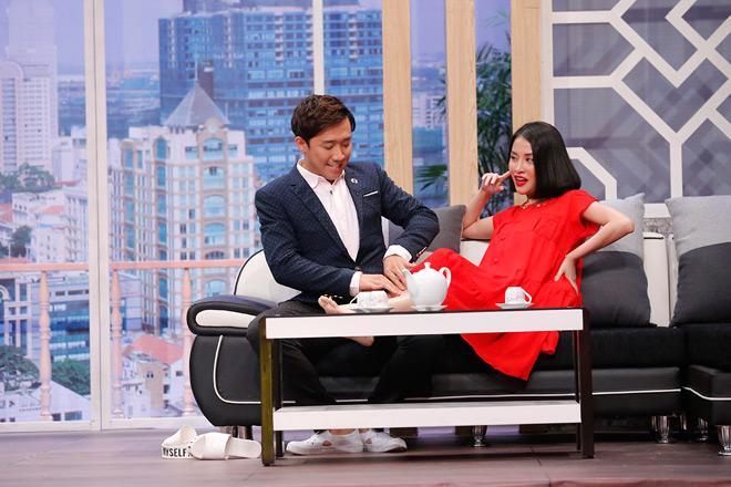 Mặc Hari Won, Trấn Thành công khai bóp chân cho tình cũ Mai Hồ trên sân khấu - 1