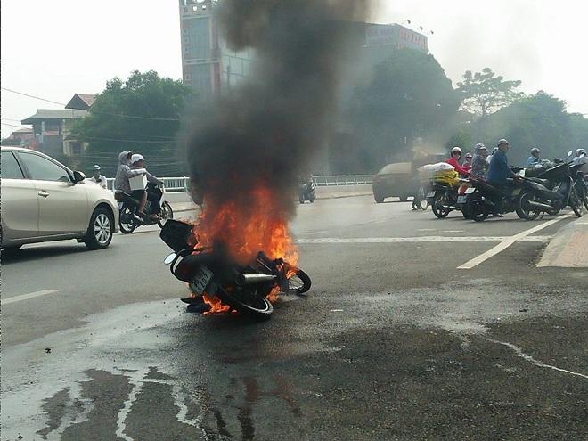 Xe máy bốc cháy dữ dội, 2 người vứt xe chạy thoát thân - 1