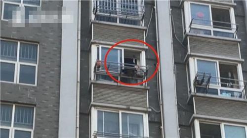 Đang mây mưa, cô gái khỏa thân bỗng trèo qua cửa sổ trốn - 1