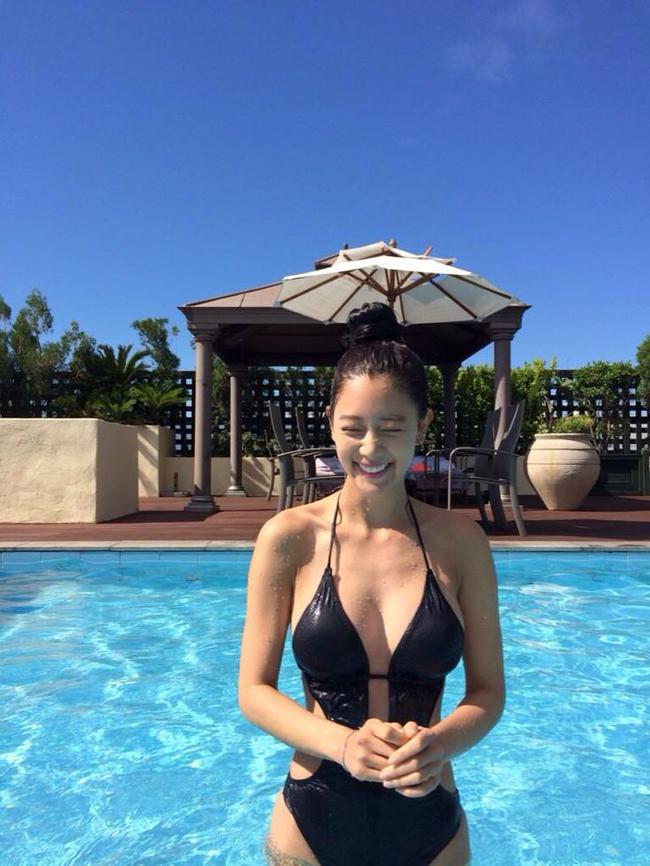 Mỗi lần tung ảnh bikini, Clara lại khiến người xem khó rời mắt.