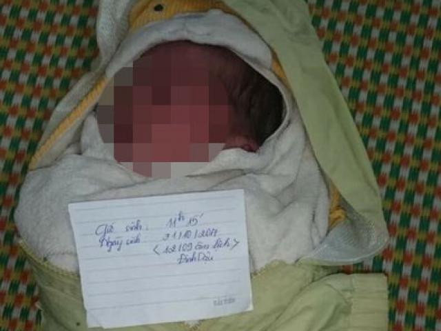 """Bé trai kháu khỉnh bị bỏ rơi trước trạm y tế kèm tờ giấy """"lạ"""""""