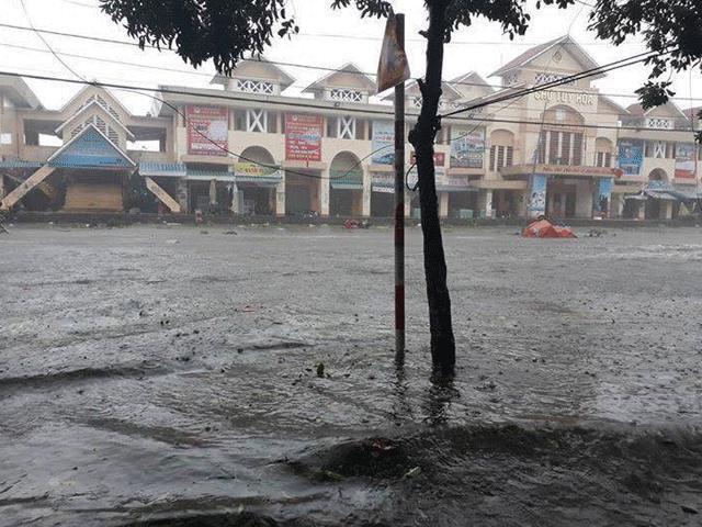 Hướng gió bão số 12 thay đổi, mưa to dữ dội, nhà dân ngập sâu