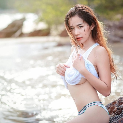 Cô giáo thể dục nổi danh đất Thái vì mê áo ngắn - 1
