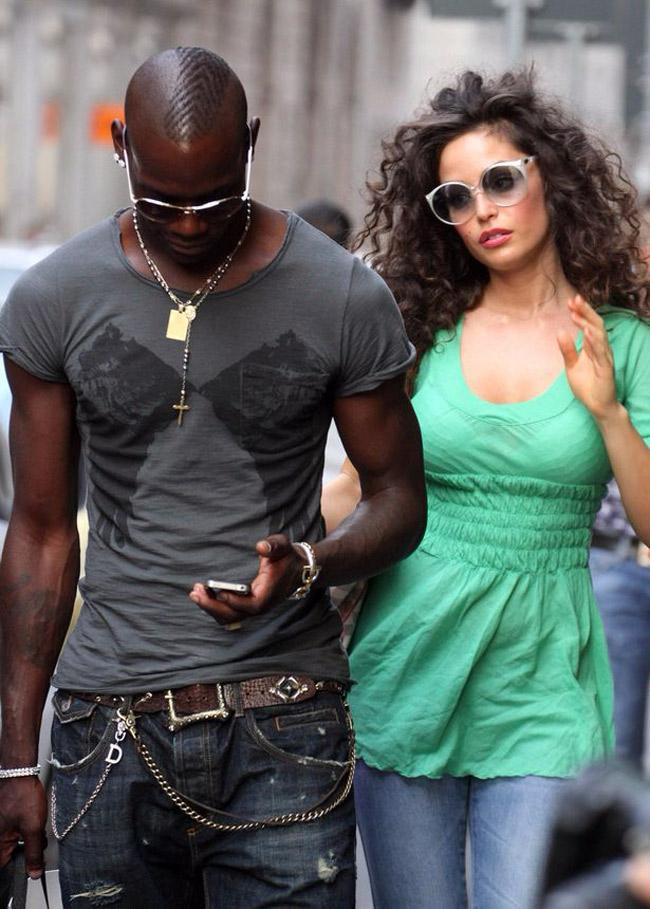 """Cô nàng còn đem chuyện tế nhị ra so sánh: """"Ronaldo chỉ đáng là học trò của Balotelli về khoản chăn gối"""". Cô kể 11 tháng quen Ronaldo thật nhạt nhẽo vì anh chàng chỉ biết nằm hưởng thụ. Dù bị chân sút Super Mario bỏ rơi khi cô đã có một con gái nhưng người đẹp không vì thế ghét bỏ cựu tiền đạo Man City."""