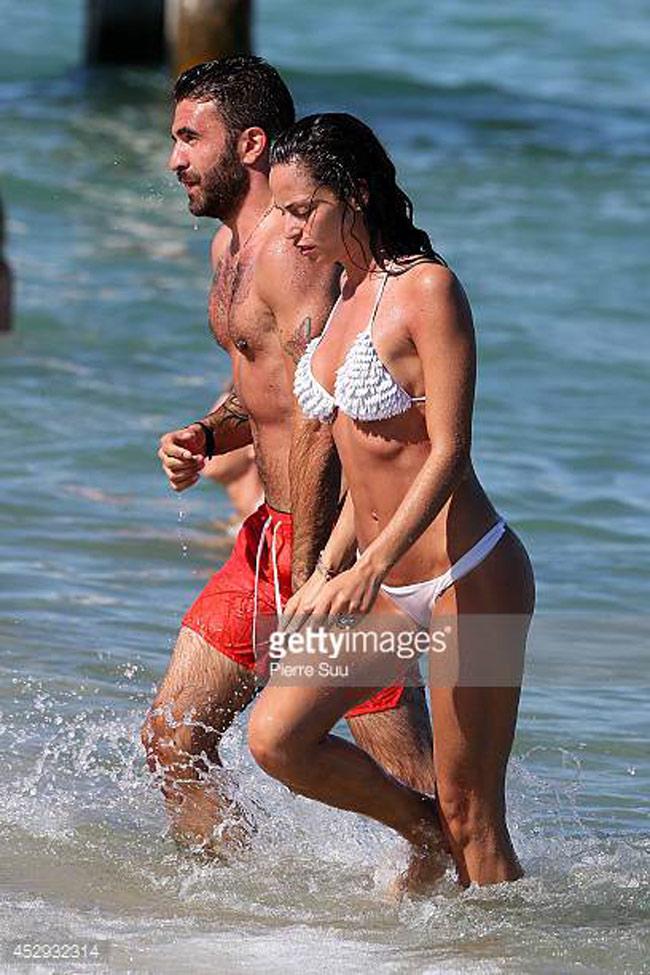Cả hai bị paparazzi chụp được cảnh cùng nhau tắm biển.
