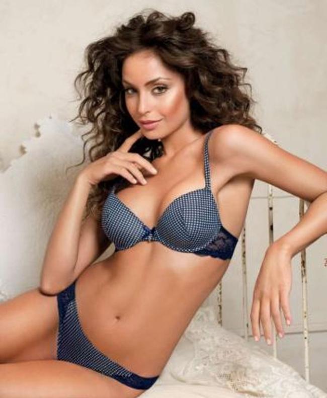 Ficocó vòng một đẹp tự nhiên,cô thường xuất hiện trên truyền hình Italia cùng với thân hình quyến rũ. Cô cũng là người mẫu nội y quen thuộc của nhiều thương hiệu.