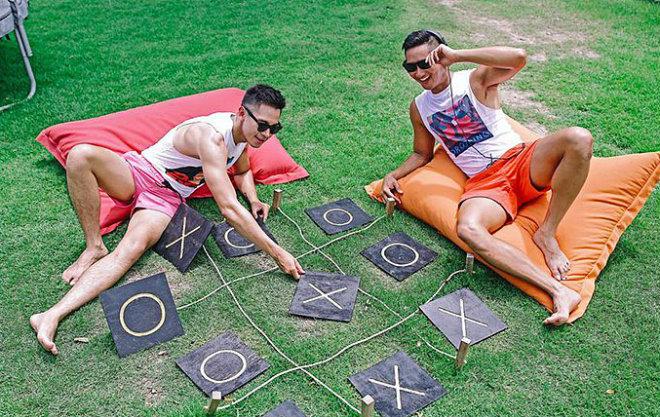 Tan chảy với gu thời trang đồng điệu của Hồ Vĩnh Khoa và bạn trai - 10