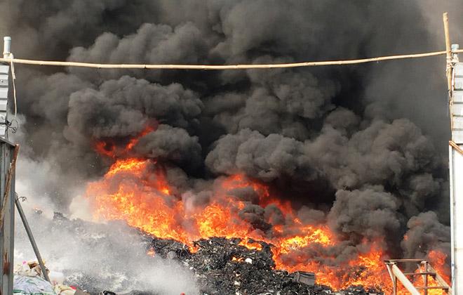 Xưởng phế liệu bốc cháy dữ dội khi chủ đang ngủ say - 1