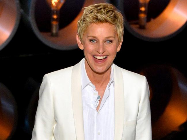 """1. Ellen DeGeneres là 1 trong những diễn viên hài, người dẫn chương trình thành công bậc nhất trong lịch sử Hollywood, đồng thời là người chủ trì chương trình truyền hình nổi tiếng """"The Ellen DeGeneres Show"""". Tài sản ròng của Ellen khoảng 400 triệu USD. Cô từng gia nhập trường Đại học New Orleans, nhưng bỏ dở chỉ sau 1 học kỳ."""