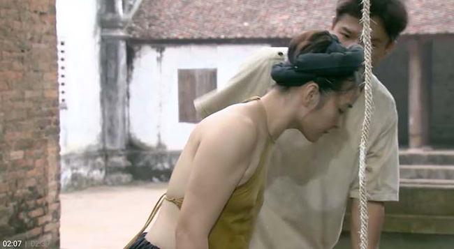 """Bộ phim truyền hình """"Thương nhớ ở ai"""" phát sóng vào thứ 7 và chủ nhật hàng tuần đang gây chú ý vì trang phục của các diễn viên nữ. Phim lấy bối cảnh tại một vùng quê Bắc Bộ giai đoạn 1945-1975. Các nhân vật nữ khi mặc áo yếm phần lớn đều không mặc áo ngực."""