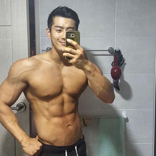 Lác mắt với cơ bắp cuồn cuộn của thầy giáo quyến rũ nhất Hàn Quốc - 1
