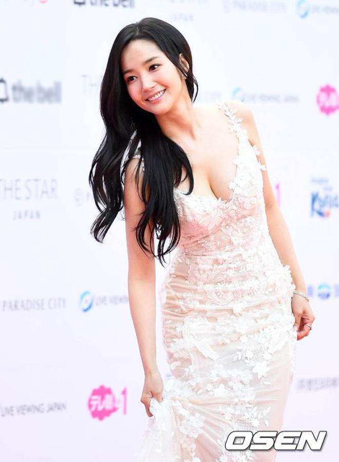 Tình cũ, tình mới Lee Min Ho chạm trán cùng khoe vòng một - 1