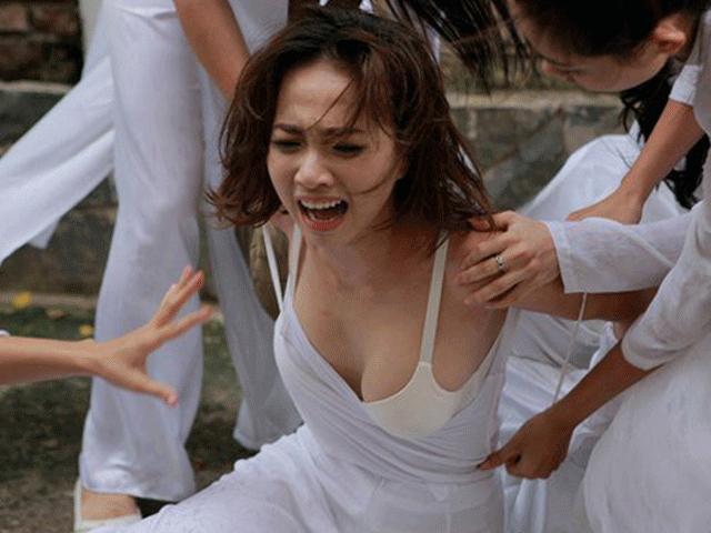 Áo yếm, áo dài gây tranh cãi trên màn ảnh Việt