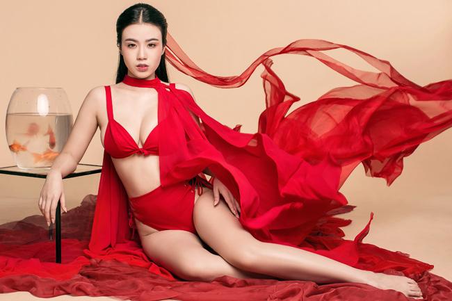 """Cách đây không lâu, Linh Miu khiến dân mạng """"dậy sóng"""" bởi bộ ảnh diện váy mỏng tang tắm suối."""