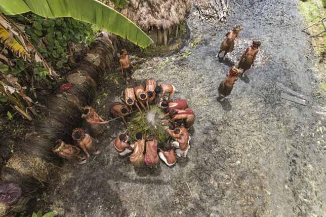 Cận cảnh bộ lạc Indonesia sống hoang dã nhất hành tinh - 1