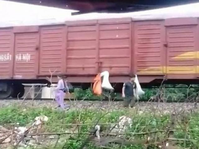 Kỳ lạ dân đua nhau treo rác bẩn lên tàu đang chạy