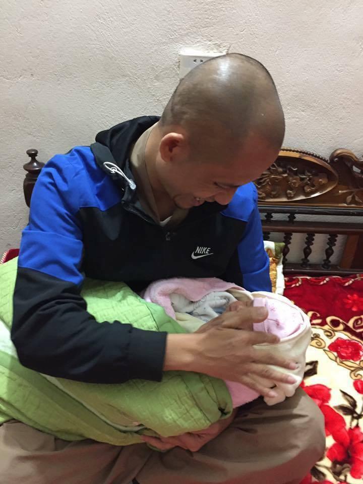 Trong giá rét cắt da thịt, bé sơ sinh 20 ngày tuổi bị bỏ rơi cùng bức thư - 1
