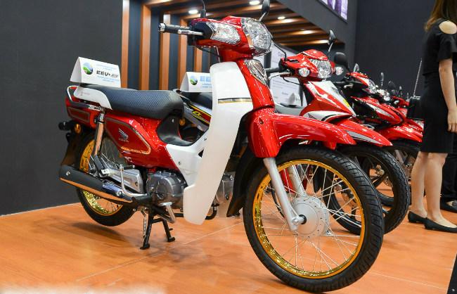 Sau 30 năm có mặt tại thị trường Malaysia, Honda EX5 đã giành được vị trí biểu tượng đáng mơ ước với hơn 2 triệu chiếc được sản xuất và bán ra. Ảnh 2017 Honda EX5 Dream Limited Edition tại Malaysia.