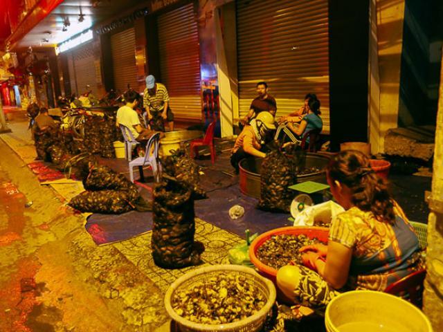 """Chợ """"độc"""" gần nửa thế kỷ chỉ bán một mặt hàng vào lúc nửa đêm ở SG"""