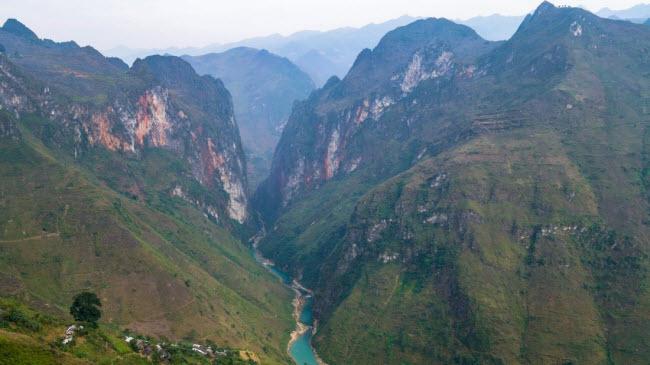 Hẻm núi sâu nhất Đông Nam Á có thể được tìm thấy tại khu vực giữa Đồng Văn và Bảo Lạc. Đèo Mã Pí Lèng là một trong những thách thức lớn nhất dành cho người đi mô tô ở Việt Nam, nhưng nơi đây có cảnh đẹp mê hồn.