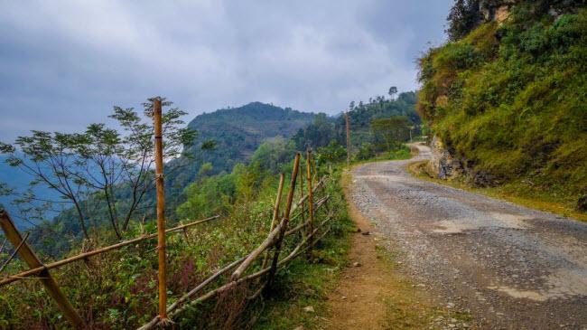 Du khách cần cẩn thận khi di chuyển trên các cung đường ở miền núi phía bắc, đường thường rất xấu.