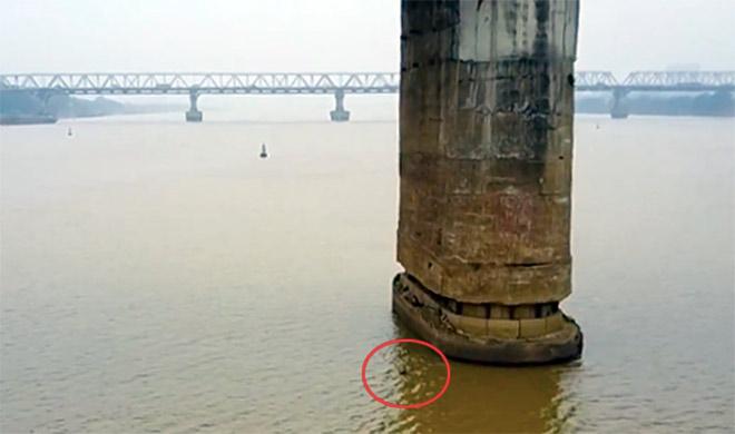 Bao giờ di dời quả bom dài 2,5m ở gần trụ cầu Long Biên? - 1