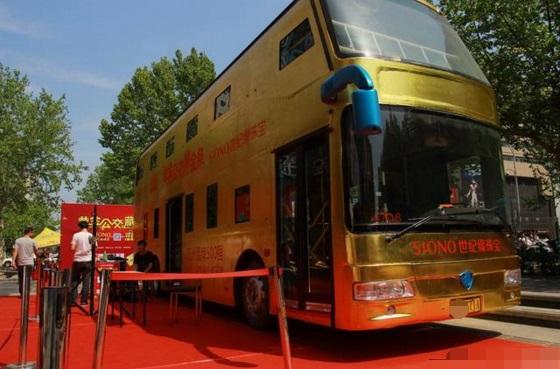 Không chỉ Dubai, châu Á cũng có xe buýt mạ vàng 17 tỷ, toàn bộ tay cầm bằng vàng - 1