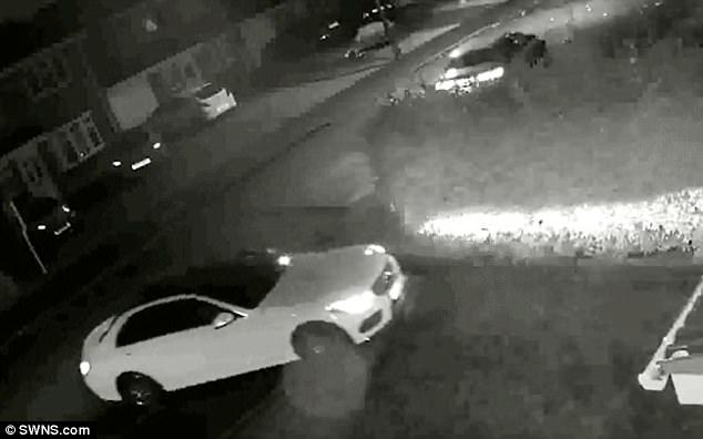 Anh: 2 tên trộm dùng hộp sắt trộm xe sang trong nháy mắt - 1