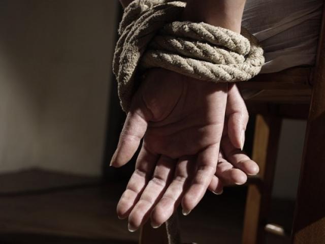 Cô gái bị xích làm nô lệ tình dục, hãm hiếp 10 năm chấn động nước Ý