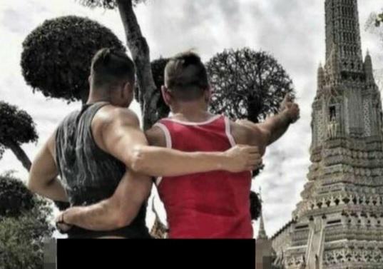 Bị bắt giữ vì chụp ảnh bán khỏa thân trước chùa Thái Lan - 1