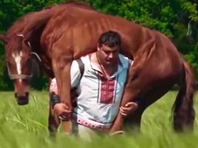 Người khỏe nhất thế giới: Vác được trâu ngựa, ôtô cán không hề hấn