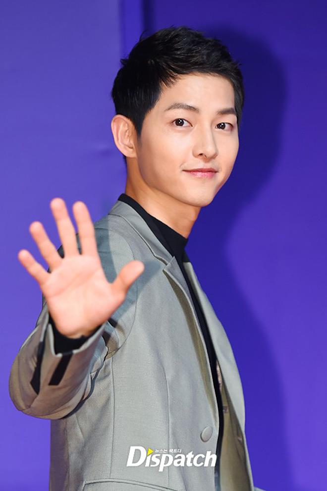 Ông xã Song Hye Kyo đánh bật dàn sao trẻ măng - 1