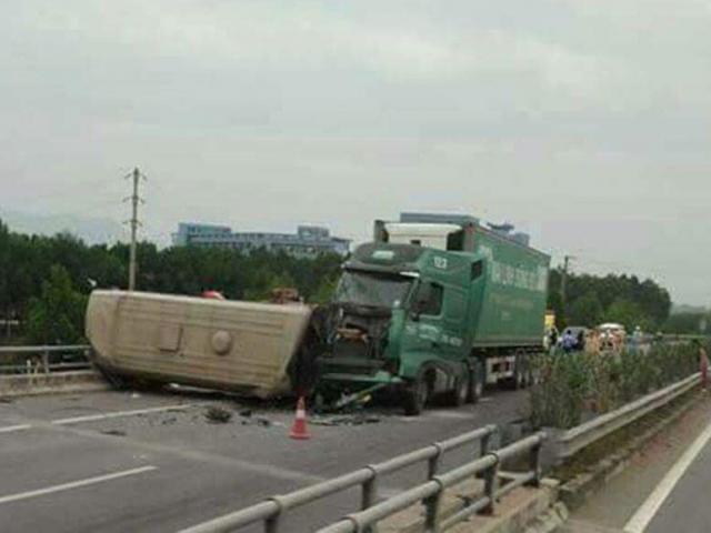 Xe container đâm xe khách bẹp dúm trên cao tốc, nhiều người gặp nạn