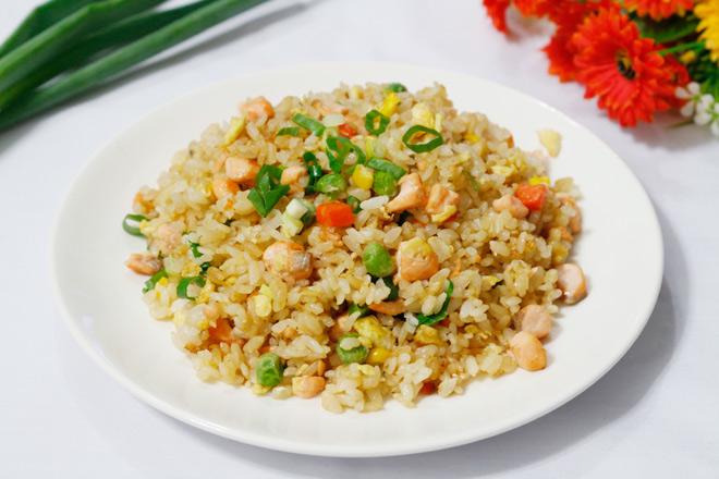 Bữa sáng chắc dạ với cơm chiên cá hồi mềm tơi, bổ dưỡng - 1