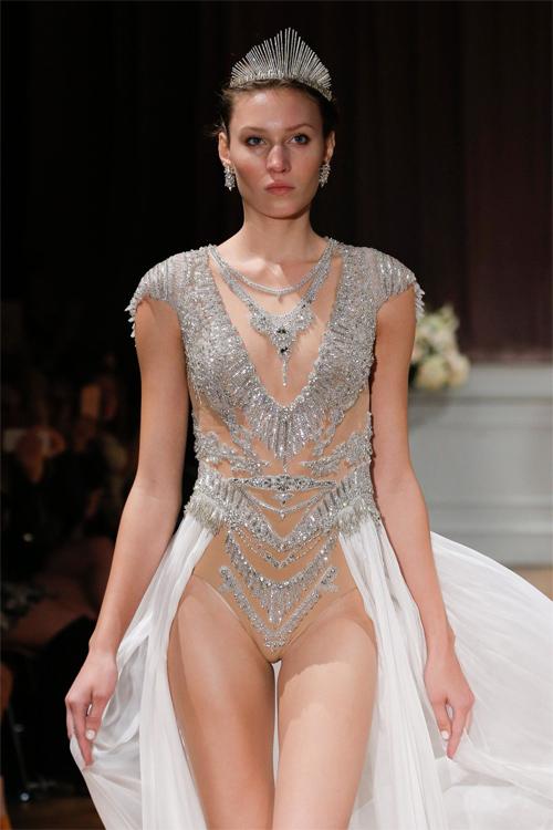 Nàng dâu diện váy cưới như cởi trần liệu có khiến quan khách giật mình? - 8