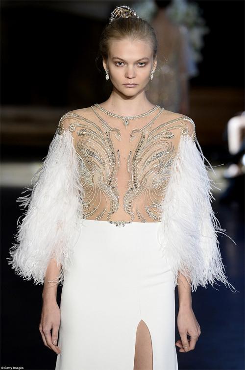 Nàng dâu diện váy cưới như cởi trần liệu có khiến quan khách giật mình? - 9