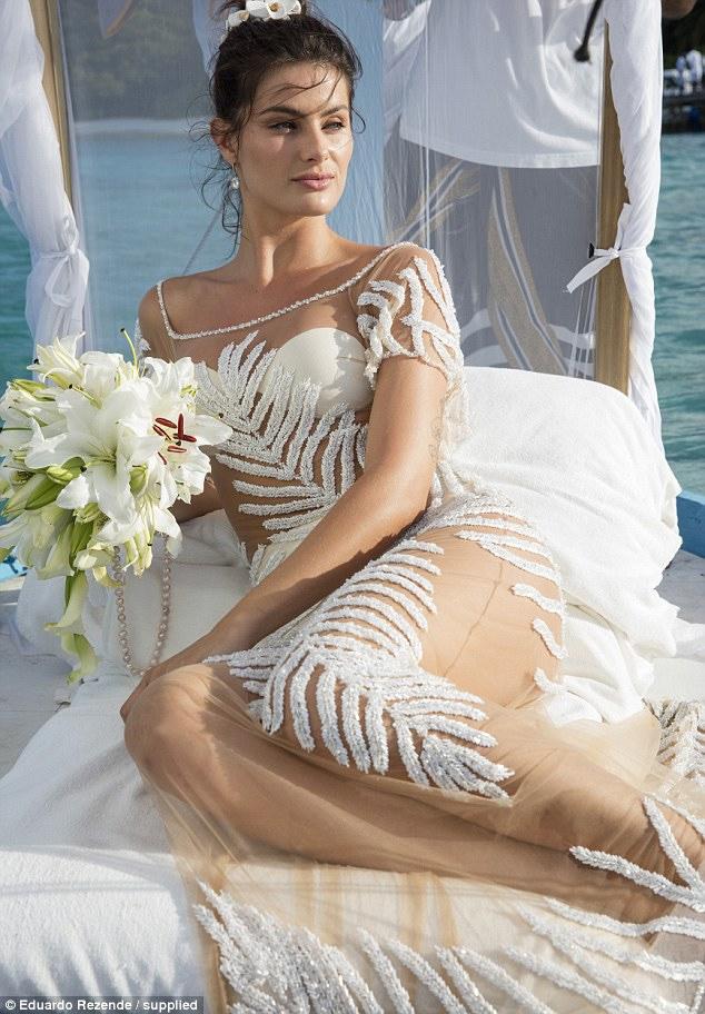 Nàng dâu diện váy cưới như cởi trần liệu có khiến quan khách giật mình? - 11